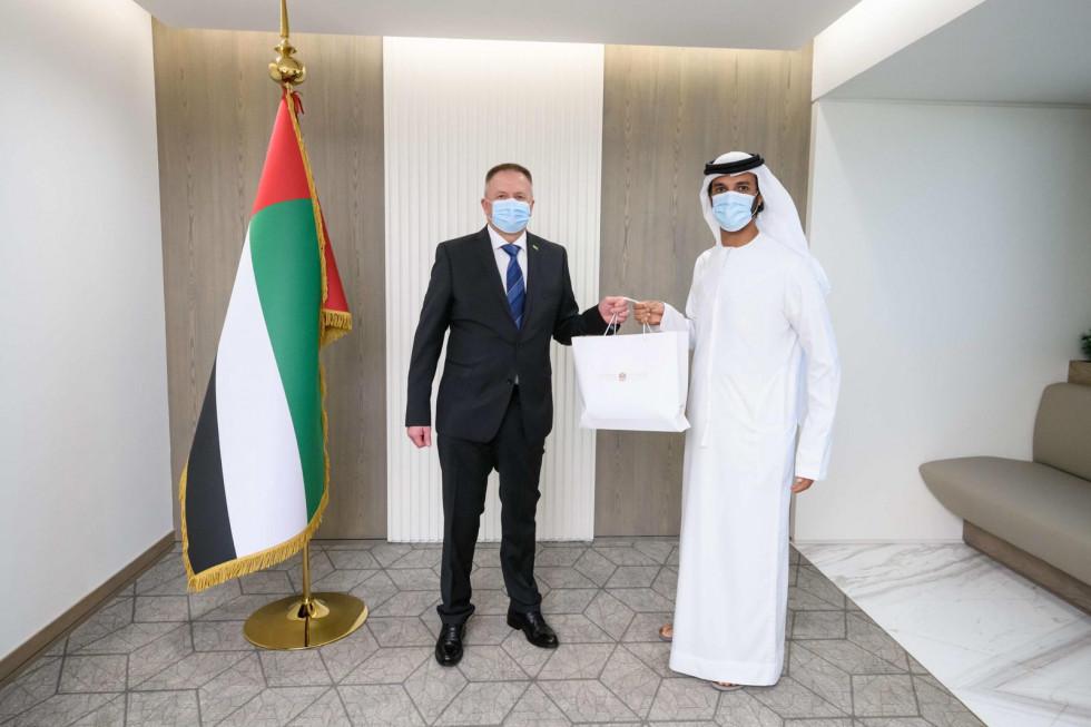 Minister Zdravko Počivalšek in minister za gospodarstvo Združenih arabskih emiratov Abdull Bin Touq Al Marri ob predaji protokolarnega darila. | Avtor MGRT